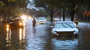 Des véhicules coincés sur une route inondée de la ville de Houston, au Texas (Etats-Unis), le 28 août 2017. (ERICH SCHLEGEL / AFP)