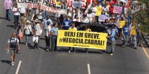 Le 24 août 2012, manifestation de fonctionnaires cariocas, parmi lesquels des personnels de l'université fédérale de Rio. Ils demandent, entre autres, des revalorisations de salaires. (AFP PHOTO / FABIO TEIXEIRA / AGENCIA ESTADO)