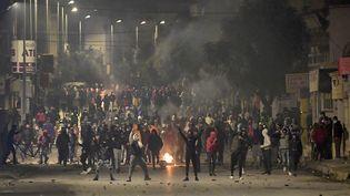 Des affrontements avec les forces de sécurité lors d'une manifestation dans la banlieue de Tunis (18 Janvier 2021). (FETHI BELAID / AFP)