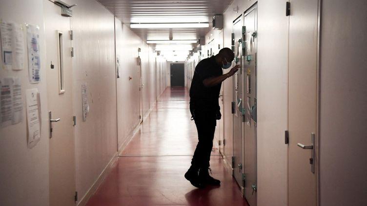 Un surveillant contrôle une cellule de la prison de Fleury-Mérogis, la plus grande prison d'Europe, au sud de Paris, le 23 août 2021. (ALAIN JOCARD / AFP)