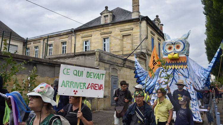 Des manifestants défilent à Bar-le-Duc contre le projet d'enfouissement des déchets nucléaires à Bure (Meuse). (JEAN-CHRISTOPHE VERHAEGEN / AFP)