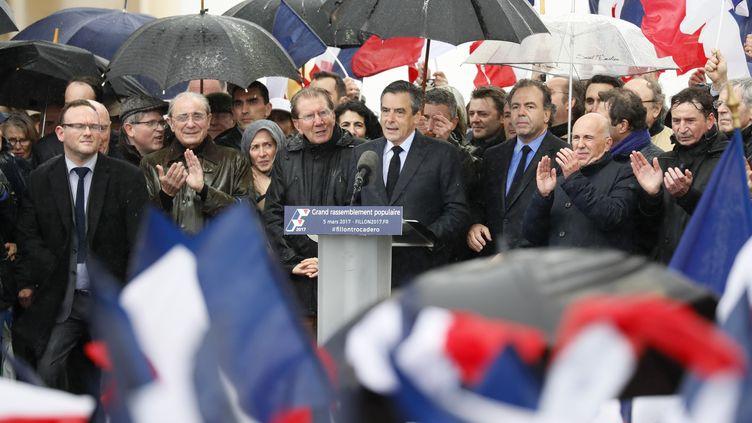 François Fillon entouré de ses soutiens, dimanche 5 mars place du Trocadéro à Paris. (THOMAS SAMSON / AFP)