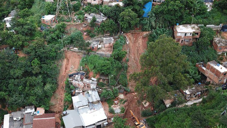 Une vue aérienne des secours qui recherchent des personnes qui ont péri dans des glissements de terrain àBelo Horizonte, dans l'Etat de Minas Gerais, au Brésil, le 25 janvier 2020. (DOUGLAS MAGNO / AFP)