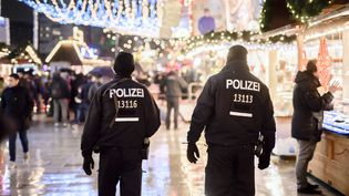 Une patrouille de police allemande sur le marché de Noël à Berlin, le 22 décembre 2016. (CLEMENS BILAN / AFP)