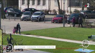 Des passants dans l'Yonne. (France 2)