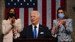 Le président américain Joe Biden, encadré par sa vice-présidente Kamala Harris (à gauche) et la présidente démocrate de la Chambre des représentants Nancy Pelosi, le 28 avril 2021 à Washington. (POOL / GETTY IMAGES NORTH AMERICA / AFP)