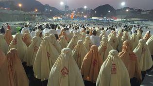Des pèlerins musulmans marchent vers le site de la lapidation de Satan, à La Mecque(Arabie saoudite), le 24 septembre 2015. (OZKAN BILGIN / ANADOLU AGENCY/AFP)