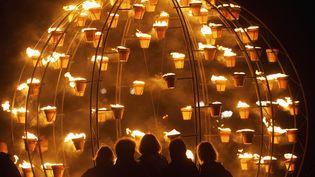 Installation lumineuse au coeur dumonument mégalithique Stonehenge destinée à célébrer les Jeux olympiques de Londres (Royaume-Uni), le 10 juillet 2012. (KIERAN DOHERTY / REUTERS)