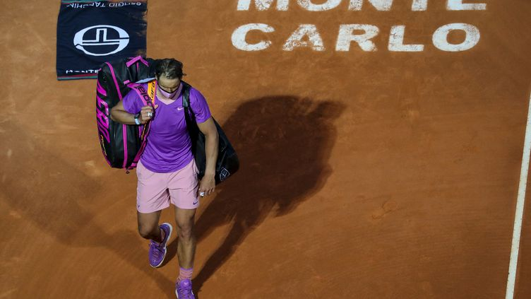 Rafael Nadal, éliminé en quarts de finale du Masters 1000 de Monte Carlo 2021, par Andrey Rublev, le 16 avril 2021. (VALERY HACHE / AFP)