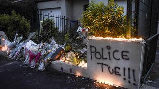 Des fleurs et des bougies déposées le 6 juillet 2018 à Nantes (Loire-Atlantique), dans le quartier du Breil, là où un jeune homme a été tué par un CRS. (SEBASTIEN SALOM GOMIS / AFP)