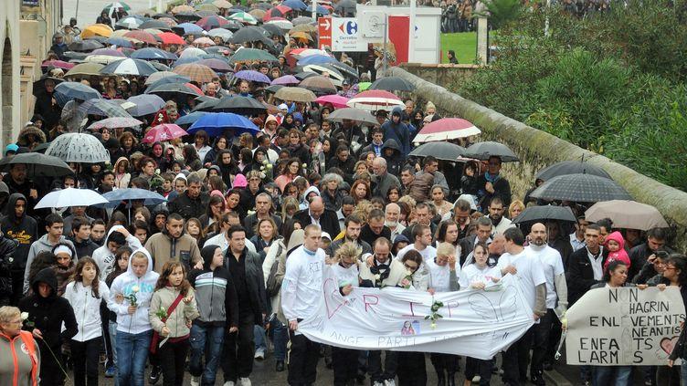 Marche blanche le 9 novembre 2011 à Bellegarde (Gard), où Océane, 8 ans, a été tuée à l'arme blanche trois jours plus tôt. (PASCAL GUYOT / AFP)