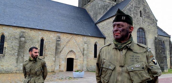 Quelques rares collectionneurs-reconstitueurs sur la place du village de Sainte-Mère-Eglise (Manche), le 5 juin 2020. (BENJAMIN  ILLY / RADIO FRANCE)