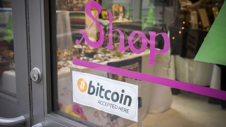 Une affichette sur un magasin new-yorkais indique qu'il accepte les paiements en bitcoins. (RICHARD B. LEVINE / NEWSCOM / SIPA)