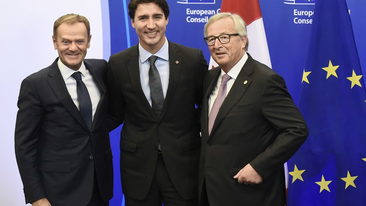 Le président du Conseil européen, Donald Tusk, le Premier ministre canadien, Justin Trudeau, et le président de la Commission européenne Jean-Claude Juncker, réunis à Bruxelles (Belgique), à l'occasion de la signature du Ceta, le 30 octobre 2016. (JOHN THYS / AFP)