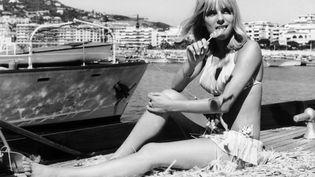 """France Gall pose sur la Côte d'Azur le 10 août 1966, alors que son tube """"Les Sucettes"""" écrit par Serge Gainsbourg, est en tête du hit-parade. (GAMMA-KEYSTONE / GETTY IMAGES)"""