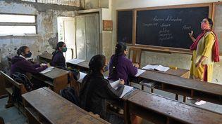 Des élèves dans leur classe après la réouverture des écoles près de neuf mois après la propagation du Covid-19 à Ahmedabad (11 janvier 2021). (SAM PANTHAKY / AFP)