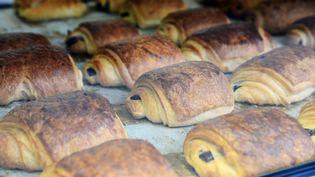Des pains au chocolat dans une vitrine à Paris, le 13 décembre 2015. (WINFRIED ROTHERMEL / PICTURE ALLIANCE)