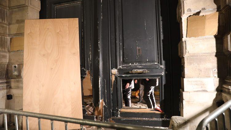La porte fracassée du ministère de Benjamin Griveaux, rue de Grenelle, à Paris. (GUILLAUME GEORGES / MAXPPP)