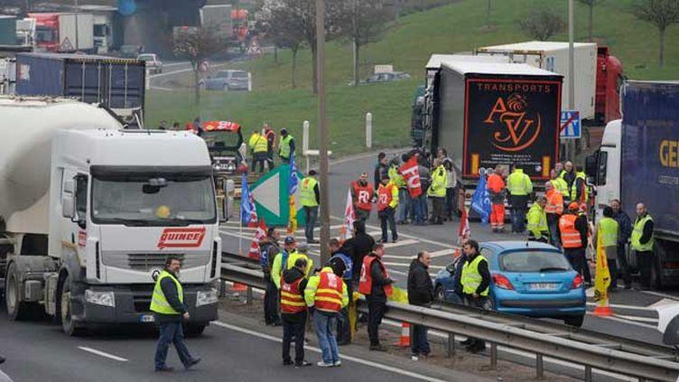 (Une trentaine de routiers bloquent l'accès et le départ d'une plateforme logistique Auchan dans le Bas Rhin, à Duttlenheim le 16 mars 2015 © Maxppp)