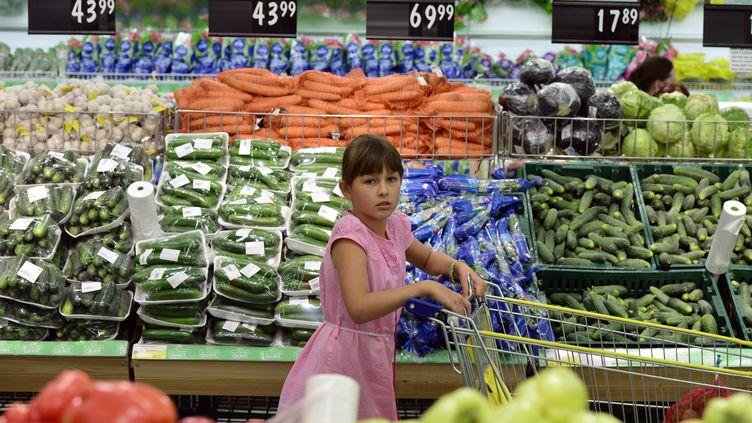 Une jeune Russe pousse un chariot dans un supermarché de Novossibirsk (Russie), le 7 août 2014. (ALEXANDR KRYAZHEV / RIA NOVOSTI / AFP)