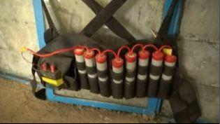 """Capture d'écran montrant la ceinture d'explosifs des kamikazes parmi les combattants de l'Etat islamique. Kurdistan irakien, novembre 2015 (NICOLAS BERTRAND / """"ENVOYE SPECIAL"""" / FRANCE 2)"""