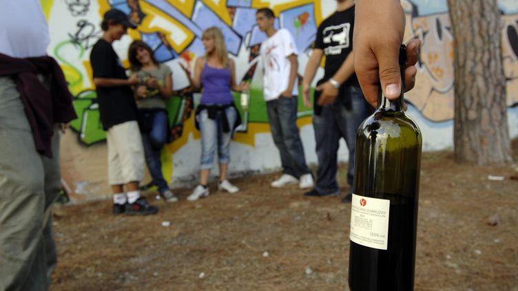 Des jeunes boivent de l'alcool à Rome (Italie), le 9 août 2018. (LUIGI INNAMORATI / SINTESI / SIPA)