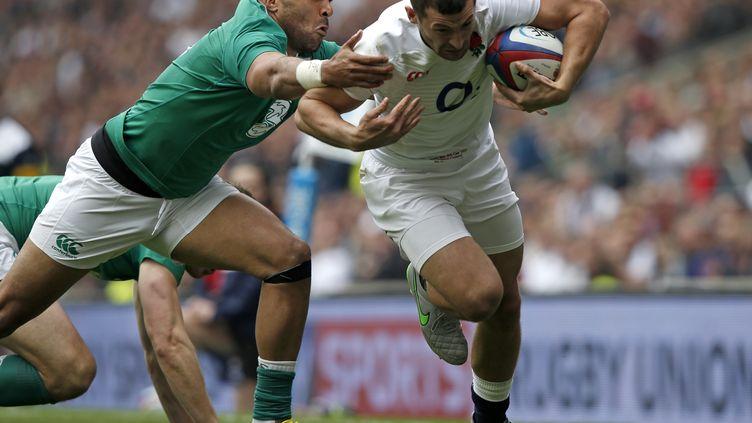 Jonny May (Angleterre) échappe à Simon Zebo (Irlande) (ADRIAN DENNIS / AFP)