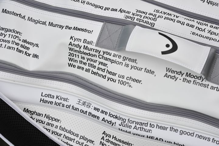Le sac d'Andy Murray à Wimbledon, décoré de messages de ses fans sur Twitter, le 28 juin 2011. (TOBY MELVILLE / AFP)