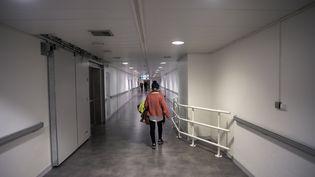 Une personne marche dans un couloir de l'hôpital Henri-Mondor de Créteil (Val-de-Marne), le 5 février 2021. (NICOLAS MESSYASZ/SIPA)