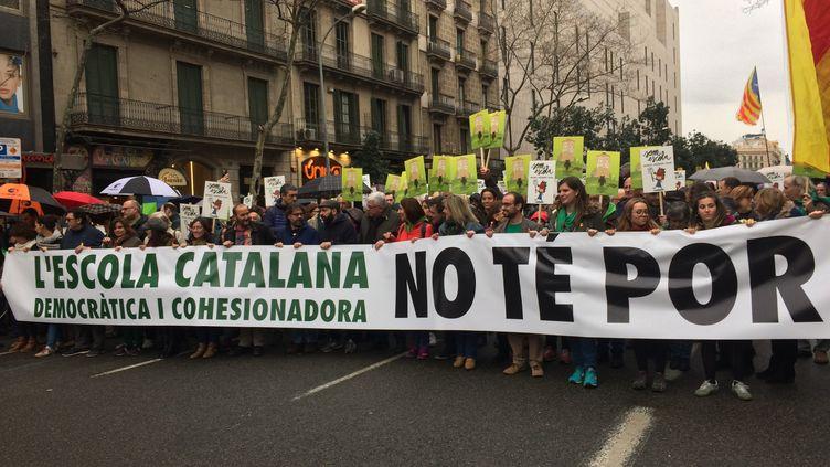 """En tête du cortège, les défenseurs du systèmeéducatif catalanportaient une pancarte disant """"l'école catalane, démocratique et force de cohésion, nous n'avons pas peur"""". (Leticia FARINE / RADIO FRANCE)"""