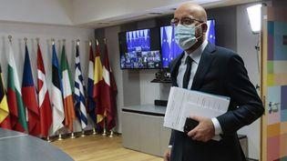 Le président du Consel européen Charles Michel, à son arrivée dans son bureau à Bruxelles, le 19 août 2020 lors de la réunion d'urgence consacrée à la Biélorussie. (OLIVIER HOSLET / AFP)