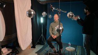 Mathieu Sapin sur le tournage de la Boule à facettes, pour la télé du Salon de Montreuil, le 23 novembre 2020 (Laurence Houot / franceinfo Culture)