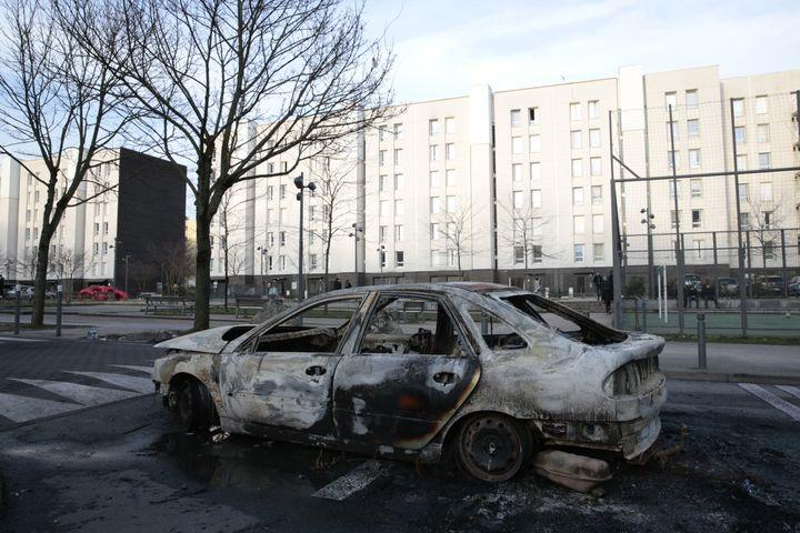 Une voiture brûlée après des heurts avec la police, le 7 février 2017, à Aulnay-sous-Bois (Seine-Saint-Denis). (GEOFFROY VAN DER HASSELT / AFP)