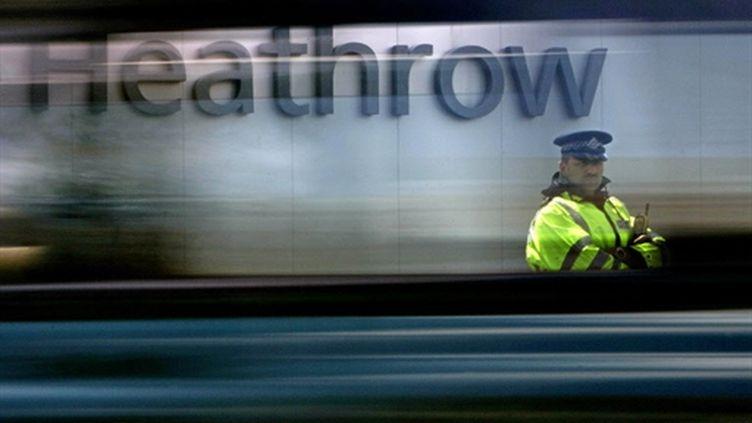 Un policier anglais à l'aéroport londonien d'Heathrow, le 1er juillet 2007. (AFP)