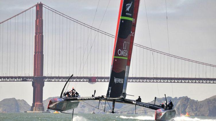 Team New Zealand barré par Dean Barker aura trouvé la recette durant la première semaine de course. Plus rapide au près (contre le vent) et avec des manoeuvres mieux effectuées, il a échoué à mettre la touche finale. (JOSH EDELSON / AFP)