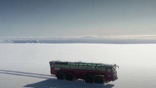 Long de 15 mètres et pesant 30 tonnes, un bus arpente le deuxième plus grand glacier d'Islande, le Langjökull. Le véhicule transporte les touristes, qui se font les témoins de la fonte accélérée du site. (France Info)