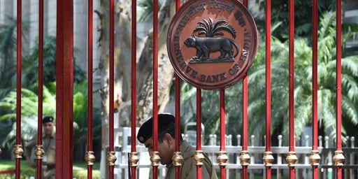 Les grilles de la Banque centrale indienne à New Delhi. (AFP PHOTO / SAJJAD HUSSAIN)
