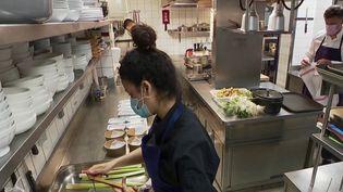 Après de longues semaines sans activité, les salariés de la restauration doivent retrouver leurs marques et apprendre à composer avec les nouvelles normes sanitaires. (CAPTURE ECRAN FRANCE 2)
