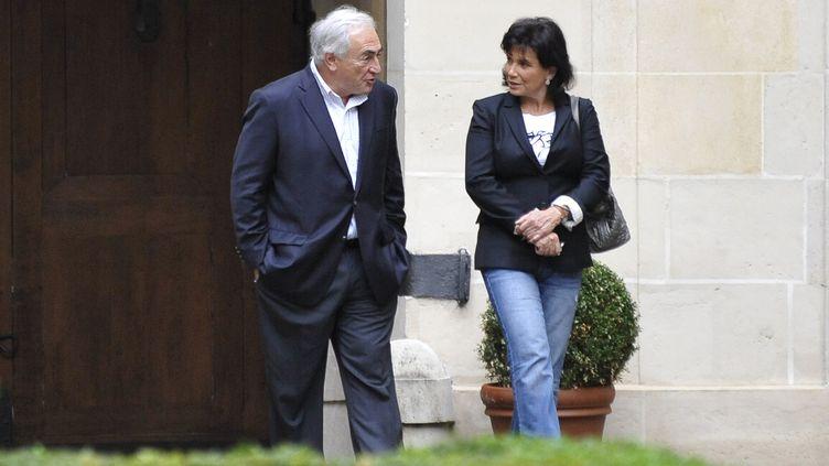 La journaliste Anne Sinclair et son époux Dominique Strauss-Kahn dans la cour de leur immeuble place des Vosges, le 4 septembre 2011. ((JOHANNA LEGUERRE/AFP))
