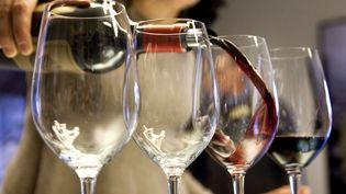 """Illustration """"Complément d'enquête"""". Milliardaires, lobbies du vin : vous reprendrez bien un petit verre ? (PHILIPPE ROY / PHILIPPE ROY)"""