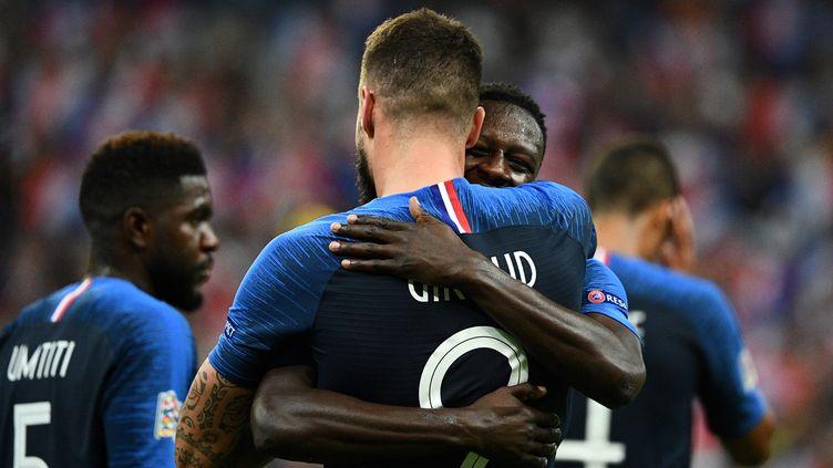 Le buteur de l'équipe de France Olivier Giroud félicité par ses partenaires lors du match face aux Pays-Bas, dimanche 9 septembre au Stade de France (Seine-Saint-Denis). (FRANCK FIFE / AFP)