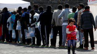 Des migrants sont arrivés à Catane (Sicile), samedi 6 mai 2017. (DARRIN ZAMMIT LUPI/REUTERS)