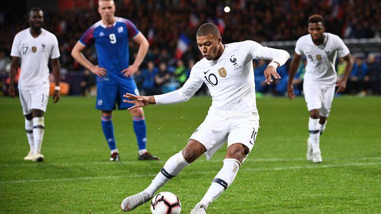 Kylian Mbappé tire un pénalty lors du match amical face à l'Islande, le 11 octobre 2018. (FRANCK FIFE / AFP)