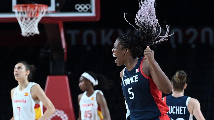 La joie d'Endene Miyem en quarts de finale des Jeux olympiques contre l'Espagne, le 4 août 2021. (ARIS MESSINIS / AFP)