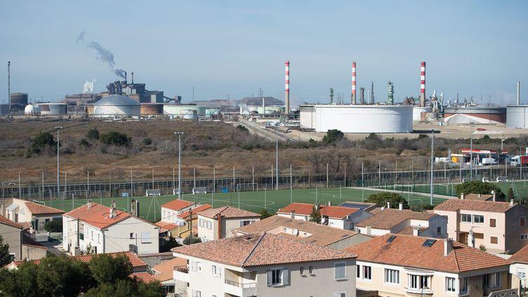 La zone industrielle de Fos-sur-Mer vue depuis les habitations. (CLEMENT MAHOUDEAU / MAXPPP)