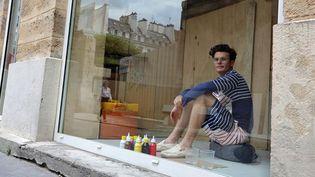 Brendan, dans la vitrine de la galerie Dominique Fiat au 16 rue des Coutures Saint-Gervais  (T.SAMSON/AFP)