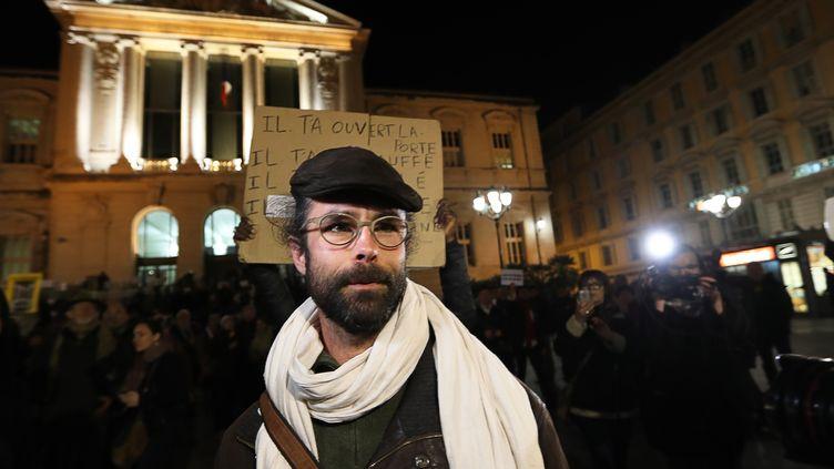 Cédric Herrou devant le palais de justice le 4 janvier 2017 à Nice (Alpes-Maritimes). (VALERY HACHE / AFP)