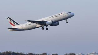 Un avion de la compagnie Air France décolle de l'aéroport Tegel-Otto Lilienthal de Berlin, le 8 novembre 2020. (TOBIAS SCHWARZ / AFP)