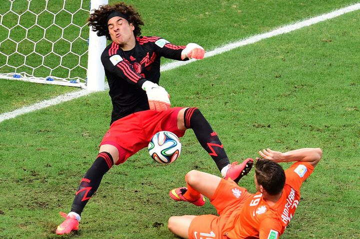 Le gardien mexicain, Guillermo Ochoa, repousse une tentative de Klaas-Jan Huntelaar, dimanche 29 juin 2014, à Fortaleza, en huitièmes de finale de la Coupe du monde contre les Pays-Bas. (JAVIER SORIANO / AFP)