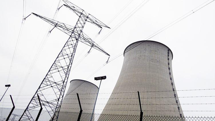 Les deux réacteurs la centrale nucléaire de Nogent-sur-Seine (Aube),le 22 février 2006. (ALAIN JULIEN / AFP)
